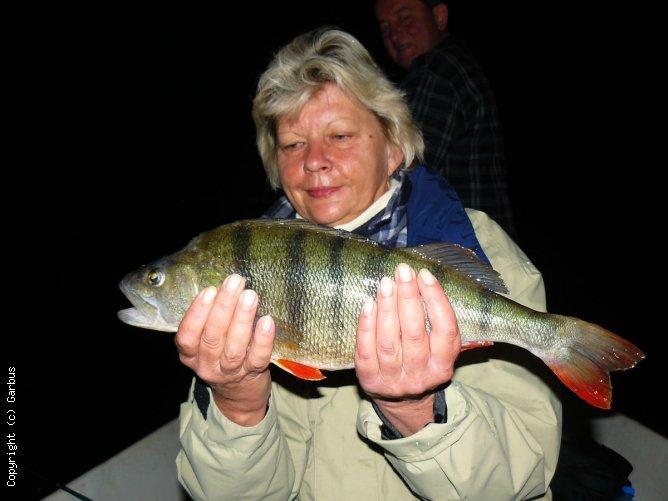 kobiety też łowią w nocy okonie