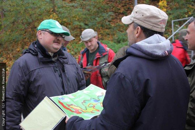 aktorzy na chwilę przed startem studiujący mapę